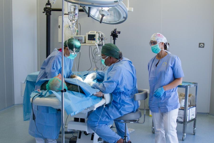 Dott. Carlo Alberto Pallaoro durante un intervento chirurgico